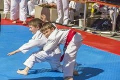 Luchadores jovenes del judo 8-10 años en el funcionamiento de la demostración Fotos de archivo