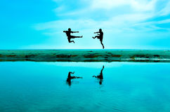 Luchar a un enemigo cerca de la playa cuando el sol que se alza foto de archivo libre de regalías