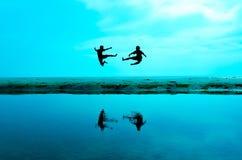 Luchar a un enemigo cerca de la playa cuando el sol que se alza imagen de archivo libre de regalías