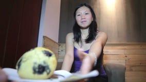 Luchas asiáticas jovenes de la mujer para la torta almacen de video