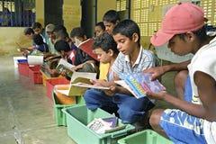Luche contra analfabetismo a través de la biblioteca móvil, el Brasil Imagen de archivo libre de regalías