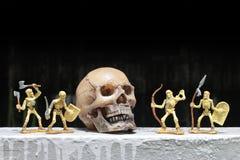 Luche el esqueleto con el cráneo humano en la noche, aún estilo de vida Fotografía de archivo libre de regalías