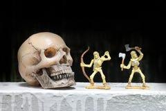 Luche el esqueleto con el cráneo humano en la noche, aún estilo de vida Fotos de archivo libres de regalías