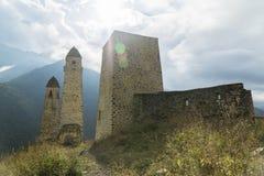 Luche las torres Erzi en la garganta de Jeyrah, República de Ingushetia Fotografía de archivo