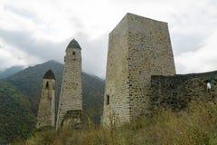 Luche las torres Erzi en la garganta de Jeyrah, República de Ingushetia Imágenes de archivo libres de regalías