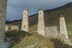 Luche las torres Erzi en la garganta de Jeyrah, República de Ingushetia Foto de archivo