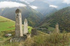 Luche las torres Erzi en la garganta de Jeyrah, República de Ingushetia Fotos de archivo