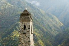 Luche las torres Erzi en la garganta de Jeyrah, República de Ingushetia Imagen de archivo
