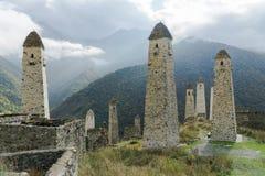 Luche las torres Erzi en la garganta de Jeyrah, República de Ingushetia Imagen de archivo libre de regalías