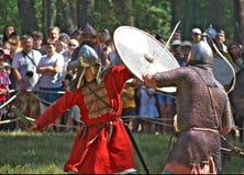 Luche a los dos soldados en la armadura rusa vieja en el festival de la reconstrucción histórica Gnezdovo Fotografía de archivo