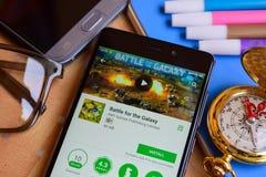 Luche para el revelador app de la galaxia en la pantalla de Smartphone fotos de archivo libres de regalías