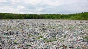 Lucht achter grote die stortplaats van plastic huisvuil wordt gevuld dat niet wordt verwerkt stock video