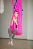 Lucht antigravity yogaconcept, ontspannen glimlachend meisje in hangmat Stock Foto's