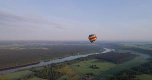 Lucht baloon over groen land bij vroege mornig stock videobeelden