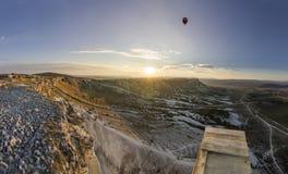 Lucht baloons bij zonsopgang dichtbij grote Witte rots Royalty-vrije Stock Fotografie