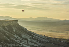 Lucht baloons bij zonsopgang dichtbij grote Witte rots Stock Foto