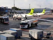 Lucht Baltische vliegtuigen in de luchthaven van Riga. De lucht de Oostzee is de Letse luchtvaartlijn van de vlagdrager en een goe Stock Afbeelding