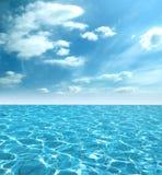 Lucht beeld van de mooie blauwe hemel en het water stock afbeelding