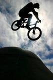 Lucht BMX op stekelhelling Royalty-vrije Stock Fotografie
