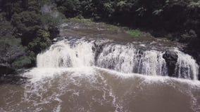Lucht, brede waterval in struikland 4k stock videobeelden