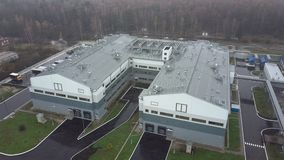 Lucht buitenmening van een modern fabrieksgebouw stock videobeelden