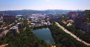 Lucht dalende mening van het Mijnpark met meer in Vladivostok, Rusland stock videobeelden