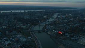 Lucht de bruglandschap van Manhattan bij schemer stock video