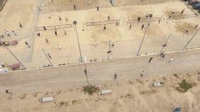 lucht De grond van strandsporten Mensen die basketbal, volleyball en badminton spelen stock footage
