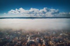 Lucht de hommelmening van Varna, Bulgarije Mooi panorama van de stad van Varna met ochtendmist stock afbeeldingen