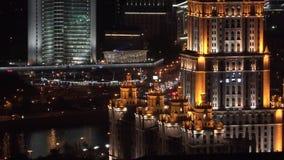 Lucht de nachtmening van Moskou met gebouwenverlichting en autoverkeer stock video