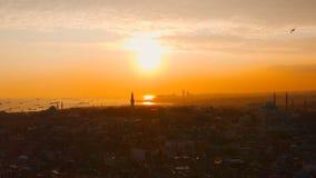 Lucht de Stads en Overzeese van Istanboel Zonsondergang met Schepen stock footage
