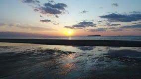 Lucht dolly mening van kalme oceaan bij zonsondergang stock footage