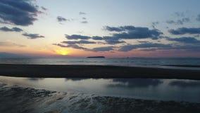 Lucht dolly mening van kalme oceaan bij zonsondergang stock video