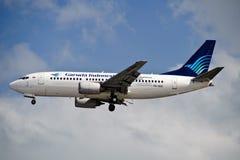 Lucht Garuda 737-3U3 op Def. Stock Foto