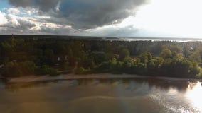 Lucht gekke levendige zonnige hemel die boven de Oostzeegolf vliegen - Mooi het landschapslandschap van de aardwolk stock footage