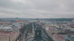 Lucht Geschotene Oekraïense Vlag die bovenop Lviv-Opera vliegen Europese stad stock footage