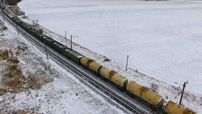 lucht Goederentrein met aardolietanks die door de spoorweg overgaan stock video