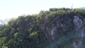Lucht groene heuvel met treden en het beklimmen van meisjescijfer stock videobeelden