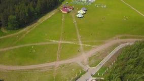 Lucht grote groep mooie jonge geitjesjongens en meisjes die met jonge geitjes in het park lopen Blije zomer van de vlieger de onb royalty-vrije stock fotografie