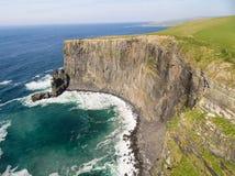 Lucht het plattelandstoeristische attractie van Ierland in Provincie Clare De Klippen van Moher en Burren Ierland Stock Foto
