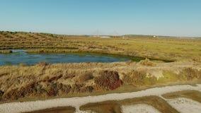 lucht Het schieten van de hommel, de zoute moerassen dichtbij Vila Real Santo Antonio, Portugal stock video