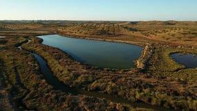 lucht Het schieten van de hommel, zoute moerassen dichtbij Vila Real Santo Antonio, Portugal stock footage