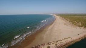 lucht Hommelvlucht over de golfbreker die Monte Gordo overzien Vila Real Santo Antonio stock video