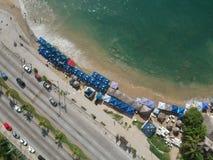 Lucht Hoogste de Meningsoceaan van de Acapulcobaai en stadsweg van hierboven stock afbeeldingen