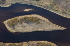 Lucht hoogste mening, het panorama van de plattelandslente van klein eiland in stille rivier op zonnige avonddag royalty-vrije stock afbeeldingen