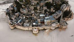 Lucht hoogste mening, hommel die boven majestueuze Mont Saint Michel-eilandstad vliegen, beroemd oud historisch oriëntatiepunt in stock videobeelden