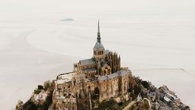 Lucht hoogste mening, hommel die boven verbazend Mont Saint Michel Abbey, beroemd de stadsoriëntatiepunt van de eilandvesting in  stock videobeelden