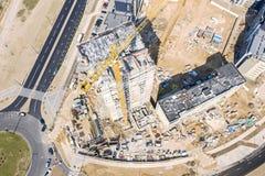 Lucht hoogste mening van bouwwerf met hoge gele torenkraan de bouw van nieuwe woonwijk stock foto