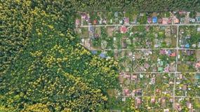 Lucht hoogste mening van de huizen van de woonwijkzomer in bos van hierboven, onroerende goederen platteland en dachadorp in de O Royalty-vrije Stock Foto's