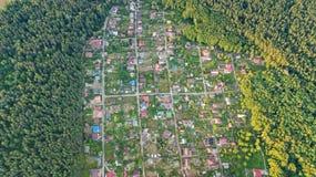 Lucht hoogste mening van de huizen van de woonwijkzomer in bos van hierboven, onroerende goederen platteland en dachadorp in de O Royalty-vrije Stock Afbeeldingen